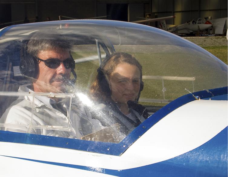 Bernard Charrier, instructeur enseigne les rudiments du pilotage à une élève de Marmoutier.