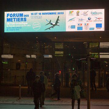 La façade du Vinci annonce le Forum des métiers de l'aéronautique les 15 et 16 novembre 2013