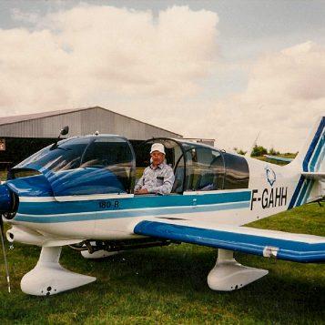 Claude notre dévoué mécano aux commandes du DR 400 régional devant notre tout nouveau hangar.