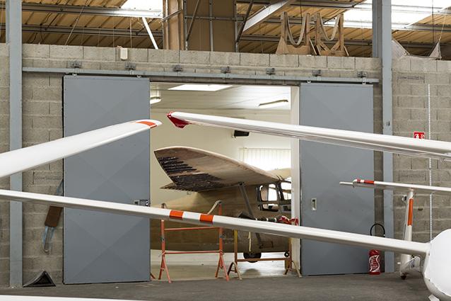 Le C800 en cours de rénovation est vu ici  dans le hangar depuis les ateliers