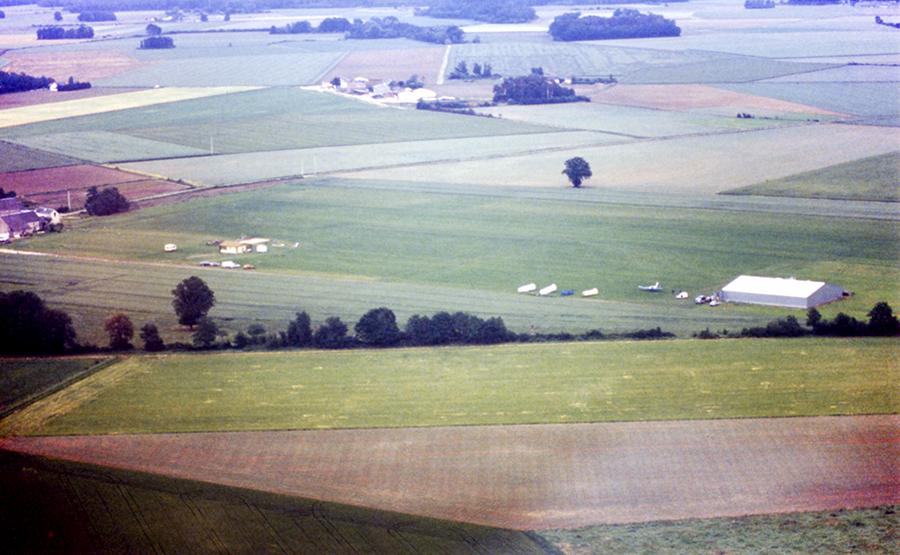 Le terrain est orné d'un hangar agricole tout neuf qui abritera nos planeurs pendant 17 ans !