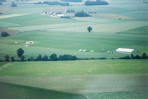 La piste de Touraine Planeur en 1990 : une band een herbe, un hangar et un camping sans ombre !